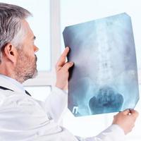 undersöker röntgen. foto