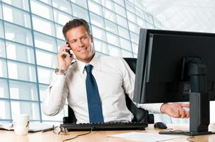 affärsman på kontoret talar i telefon foto