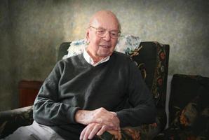 porträtt av 93 år gammal engelsk man i hemmiljö foto