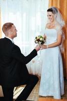 bröllopspar. första mötet med bruden och brudgummen foto