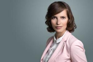 attraktiv affärskvinna med lockigt brunt hår foto