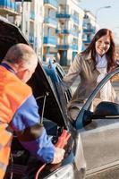 kvinna att komma in i sin bilmekaniker fixering foto