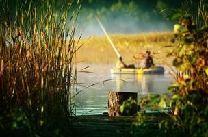 två fiskare i båt foto
