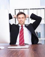 affärsman kopplar av på kontoret foto