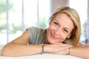 porträtt av blond kvinna som ligger på soffan foto