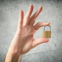 hand som håller hänglås med amerikanska dollar valutasymbol foto