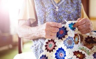 gammal kvinna stickning foto