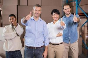 lagerarbetare som ler mot kameran foto