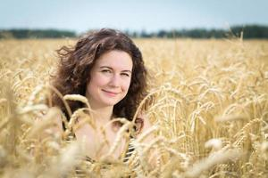 flicka i fält med vete. foto