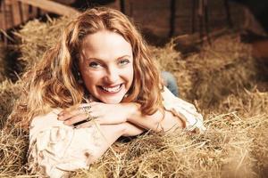 vacker kvinna inuti en ladugård foto