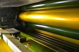 gula bläckfärgstrumma av webbsettryckmaskin foto