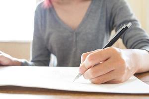 kvinnahand med penna ritning, skiss foto