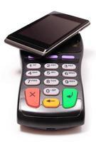 betalningsterminal och mobiltelefon med nfc-teknik foto