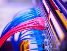 nätverkskabel med högteknologisk färgbakgrund foto