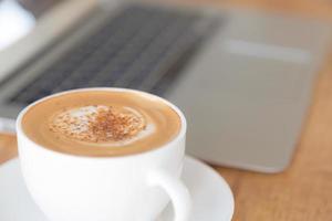 bärbar dator med kaffekopp foto