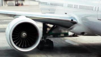 tittar på väldigt stor jetmotor foto