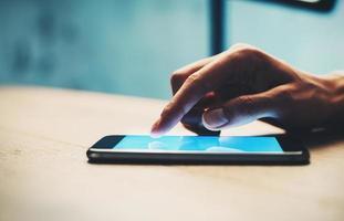 närbild av flickan som använder sin smartphone för att hitta information foto