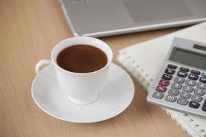 kopp kaffe på skrivbordet foto