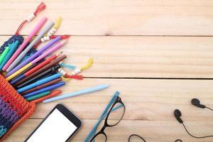 overhead av kontorsbord eller studentbord med smartphone. foto