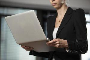affärskvinna med bärbar dator foto