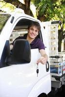 litet företag: lycklig ägare av en ny lastbil foto