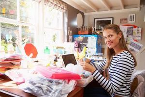 kvinna som driver småföretag från hemmakontoret foto