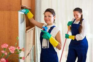 professionella städare tvätt lägenhet foto