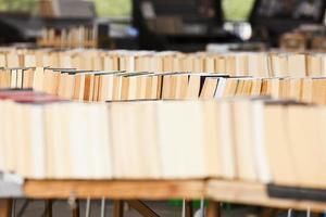 bunt med begagnade böcker foto