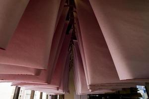 origamipapper hängande torkning i verkstaden foto