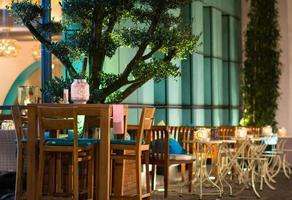 kafébutik på kvällen foto