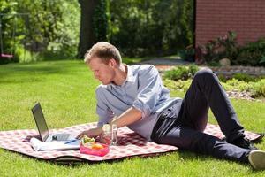 affärsman som arbetar i trädgården foto