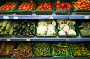 olika färska grönsaker som visas i livsmedelsbutiken foto