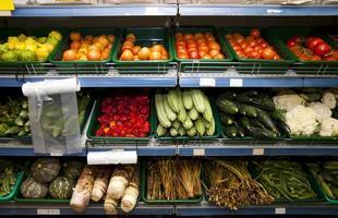olika grönsaker på hyllorna i mataffären foto