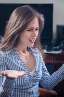 stressad affärskvinna på kontoret. foto
