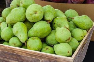 gröna bartlett päron till salu på marknaden foto