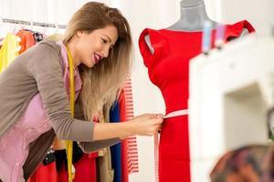 modedesigner tar mått foto