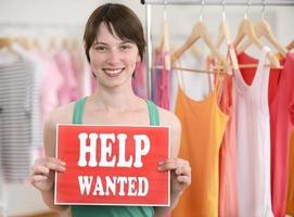 ung butiksägare med hjälp sökte tecken foto