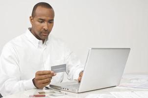 affärsman som betalar räkningar på internet foto