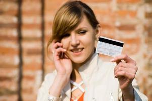 flicka med kreditkort och mobiltelefon foto