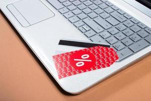 konceptet med billig shopping på internet. foto