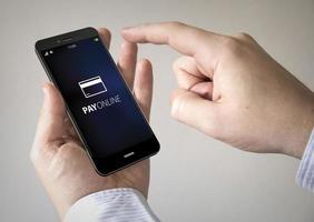 pekskärm betala online smartphone foto