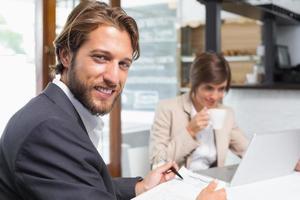 affärskollegor som arbetar på deras paus foto