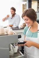 ganska barista som gör en kopp kaffe foto