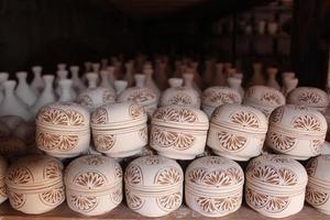 keramik. manuell produktion. resultatet av det färdiga arbetet. foto