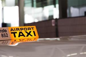 schweiziska taxibilar på en flygplats foto