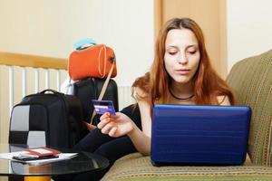 kvinna som köper biljetter eller resor online foto