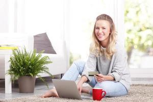 ung kvinna som shoppar online foto