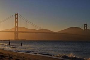 gyllene port vid solnedgången foto