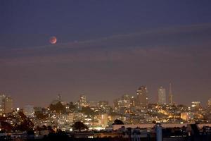 super skörd blodmåne över san francisco skyline foto