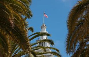 amerikanska flaggan på färjan byggnaden san francisco foto